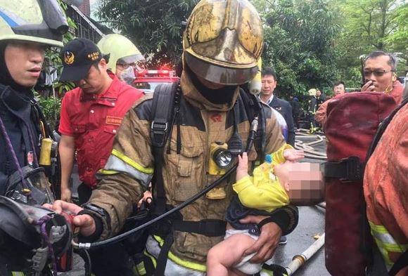 打火英雄浴火救嬰 1歲娃懷中「致敬」