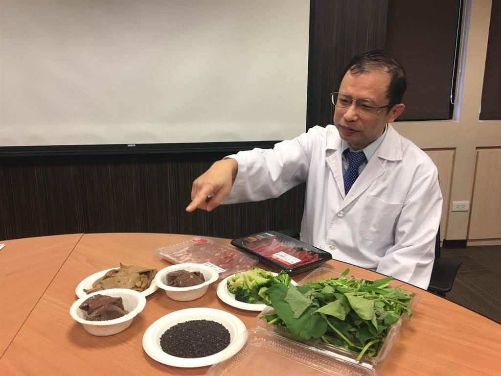 書田診所家醫科主任醫師何一成表示,若需補充鐵質,可攝取牛肉、豬肉、深色蔬菜、芝麻等。(林周義攝)