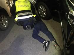 賓士闖紅燈拒檢 警開槍爆胎逮人