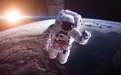 太空服為何有橘有白?竟因這考量