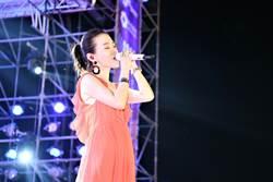 彭佳慧爽收「18歲」生日禮 粉橘長裙上身超凍齡