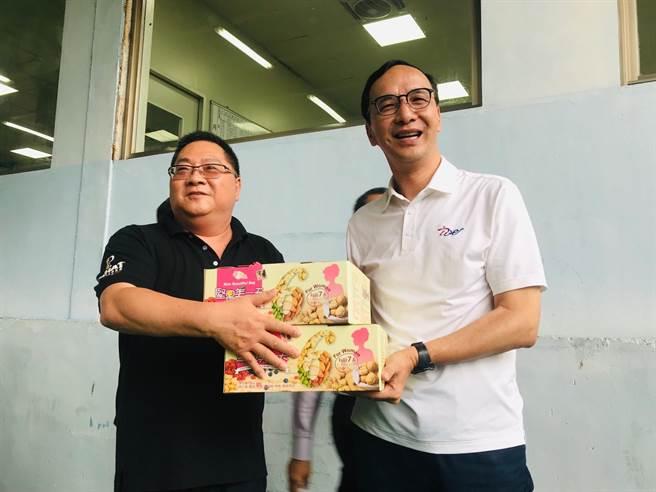 前新北市長朱立倫(右)19日參訪新北市瑞芳區的食品工廠。(張穎齊攝)