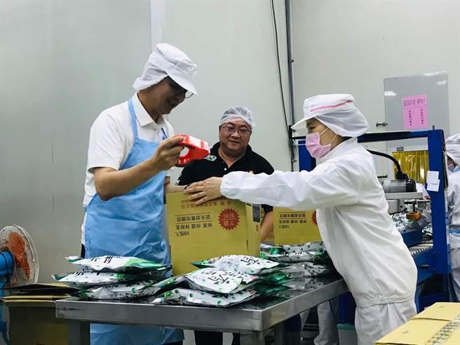 前新北市長朱立倫(左)19日參訪新北市瑞芳區的食品工廠,體驗作業員的日常。(張穎齊攝)