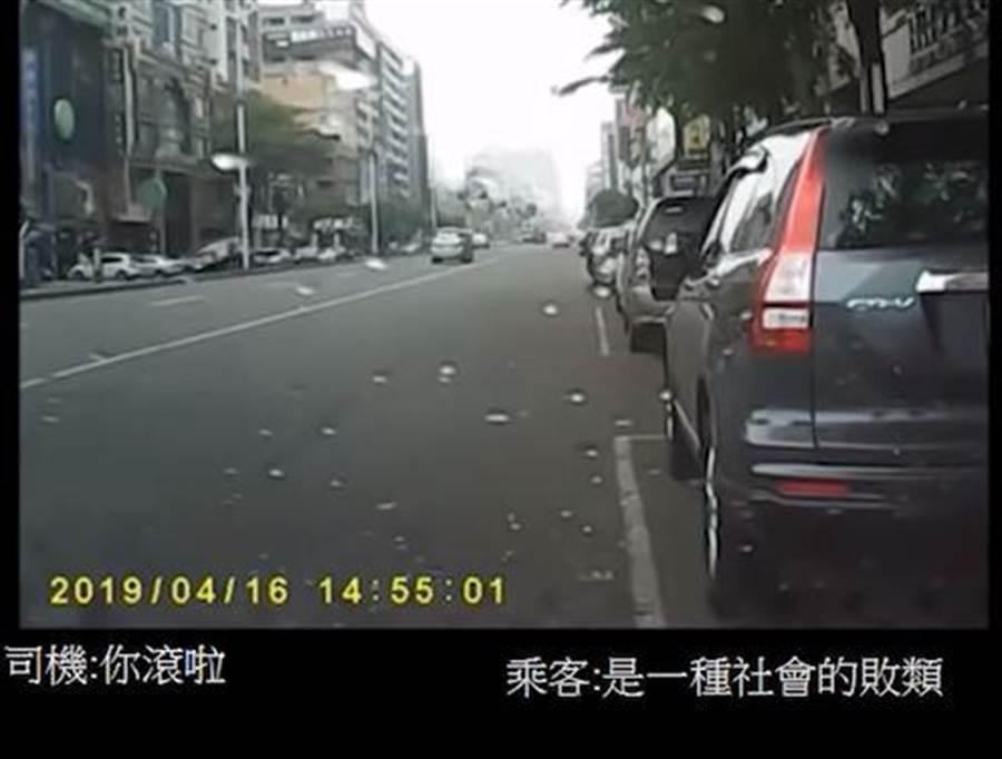 乘客與司機在車上起爭執。(翻攝自YouTube)