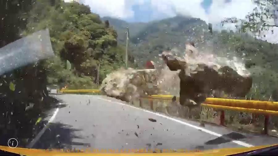 车主行经台8线洛韶段遇到强震,落石瞬间击落地面,所幸并未造成人伤亡。(张祈翻摄)