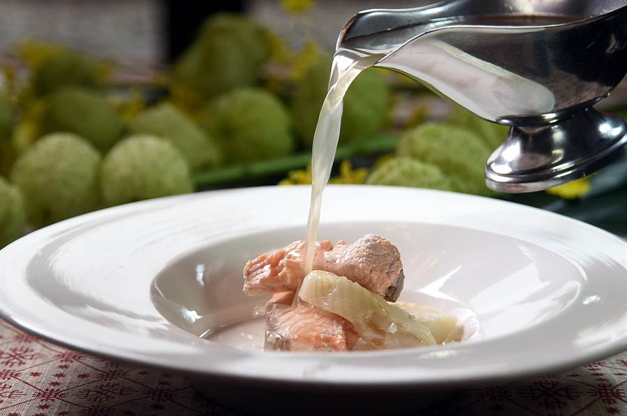 〈烏哈湯〉是非常傳統的俄羅斯北方湯品,這回台北圓山俄羅斯美食節,主廚刻意用了2種魚肉入饌表現。(圖/姚舜)
