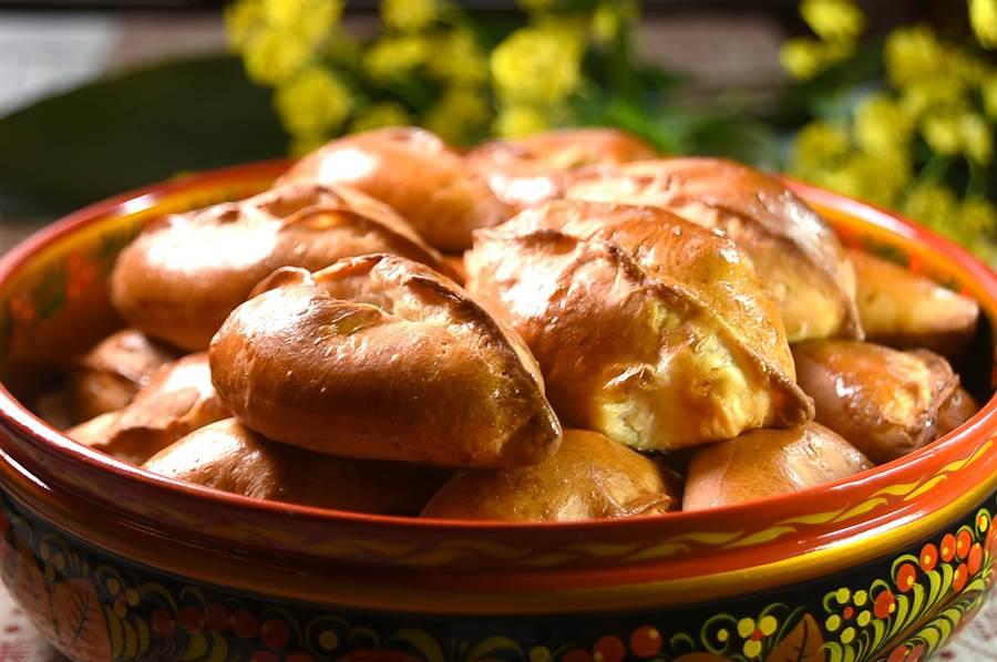 看起來像麵包,吃起來口感像布里歐許,這是俄羅斯傳統北方餡餅。(圖/姚舜)