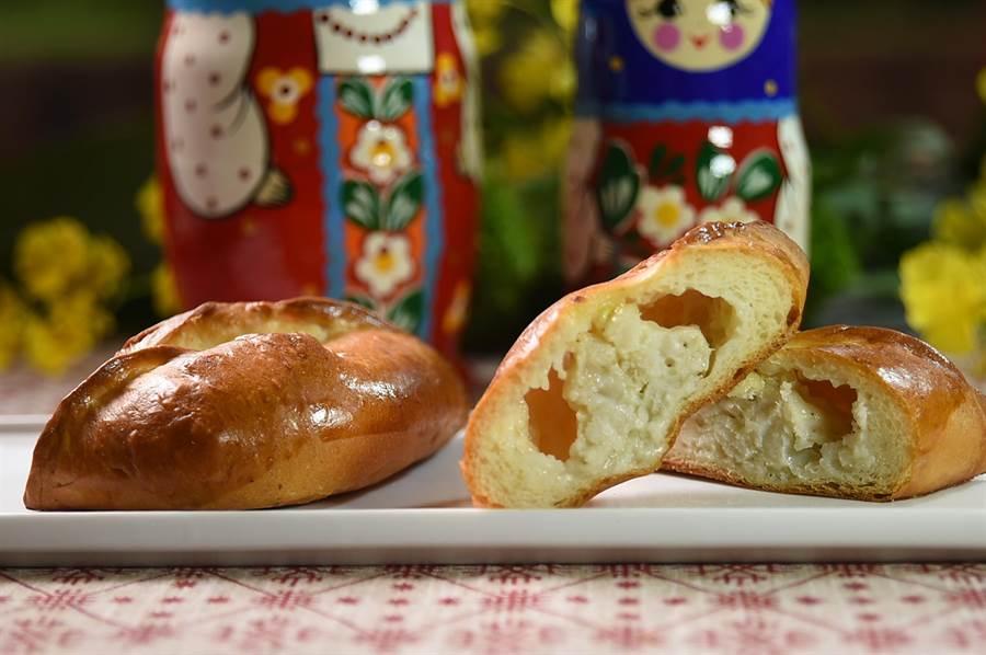 〈俄羅斯開口餡餅〉傳統會有各種內餡,這回圓山俄羅斯美食節主廚包的內餡是雪白的魚肉。(圖/姚舜)
