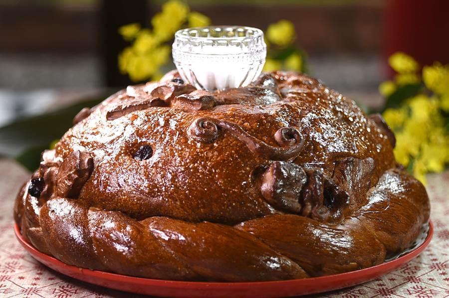 大大圓圓的〈俄羅斯迎賓麵包〉,外層表面有不同紋飾,這種麵包最常出現在婚禮中。(圖/姚舜)
