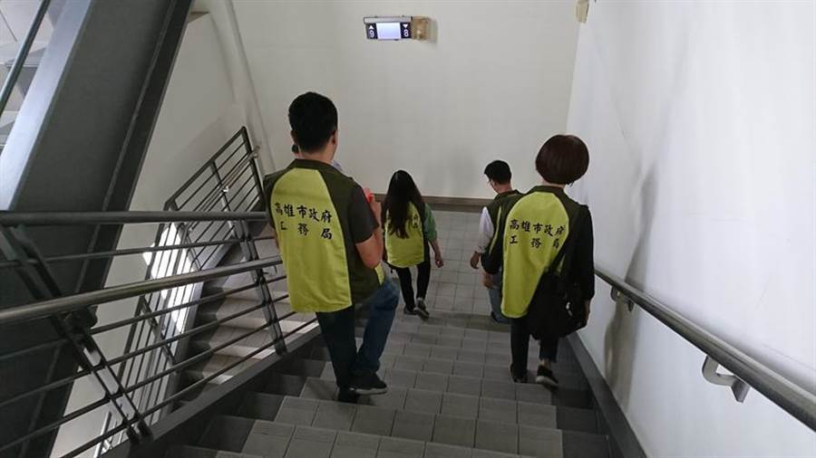 高雄工務局人員,進行場所避難逃生通路設施檢查。圖:高雄工務局提供