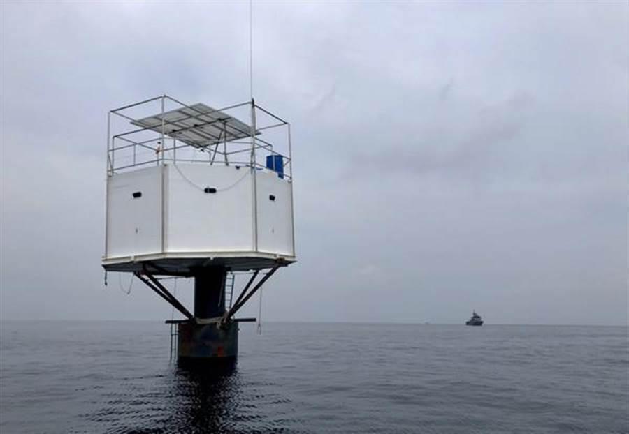 普吉島離岸約12海里處,發現一間海上小屋。(圖/美聯社)