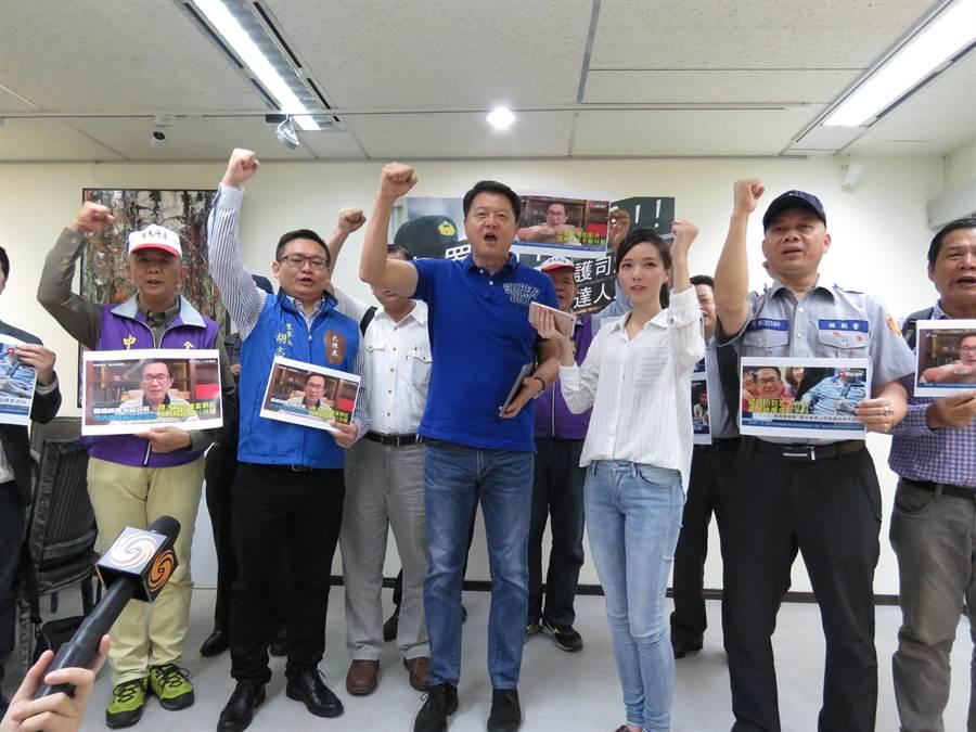 前台北縣長周錫瑋認為應取消前總統陳水扁保外就醫資格,發起把「阿扁關回去」連署活動,周錫瑋今(19日)與10個社團成員一起舉行記者會。(葉書宏攝)