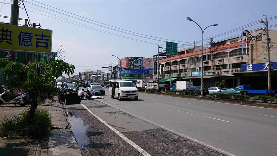 仁武區鳳仁路、仁心路口上午發生一輛砂石車與機車擦撞車禍,造成23歲舒姓機車騎士被撞死。(林雅惠翻攝)