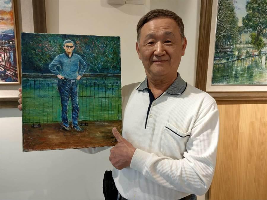 「70之帥」油畫展主角70歲的許俊傑對自畫像頗為滿意。(范振和攝)