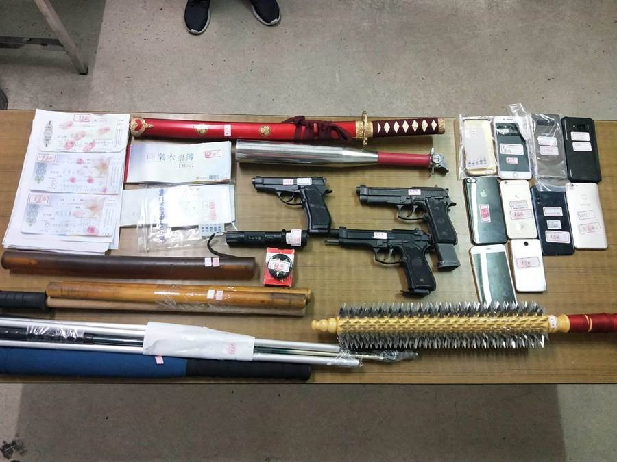 警方在羅嫌及10名同夥住處,查獲大批棍棒、刀械等犯罪工具。(王文吉翻攝)