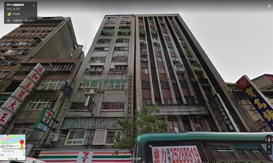 松山區八德路四段的「錦園大廈」,多年前受隔壁大樓施工影響,就有些微傾斜,經過921之後傾斜幅度更大,昨天的強震發生後,讓「錦園大廈」變得更加危險。(圖/Google街景)