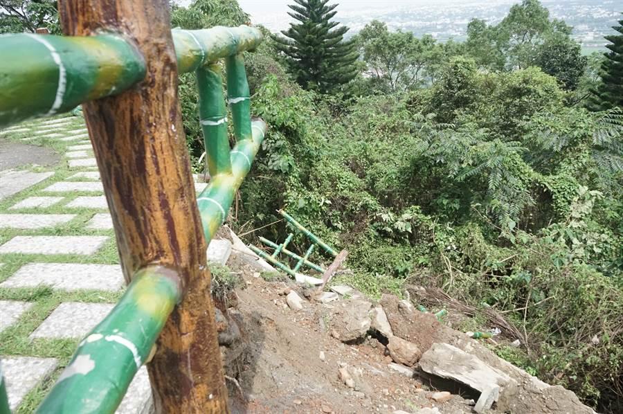吉安楓林步道第五景觀台因花蓮強震受損,部分地磚、欄杆崩落。(張祈攝)