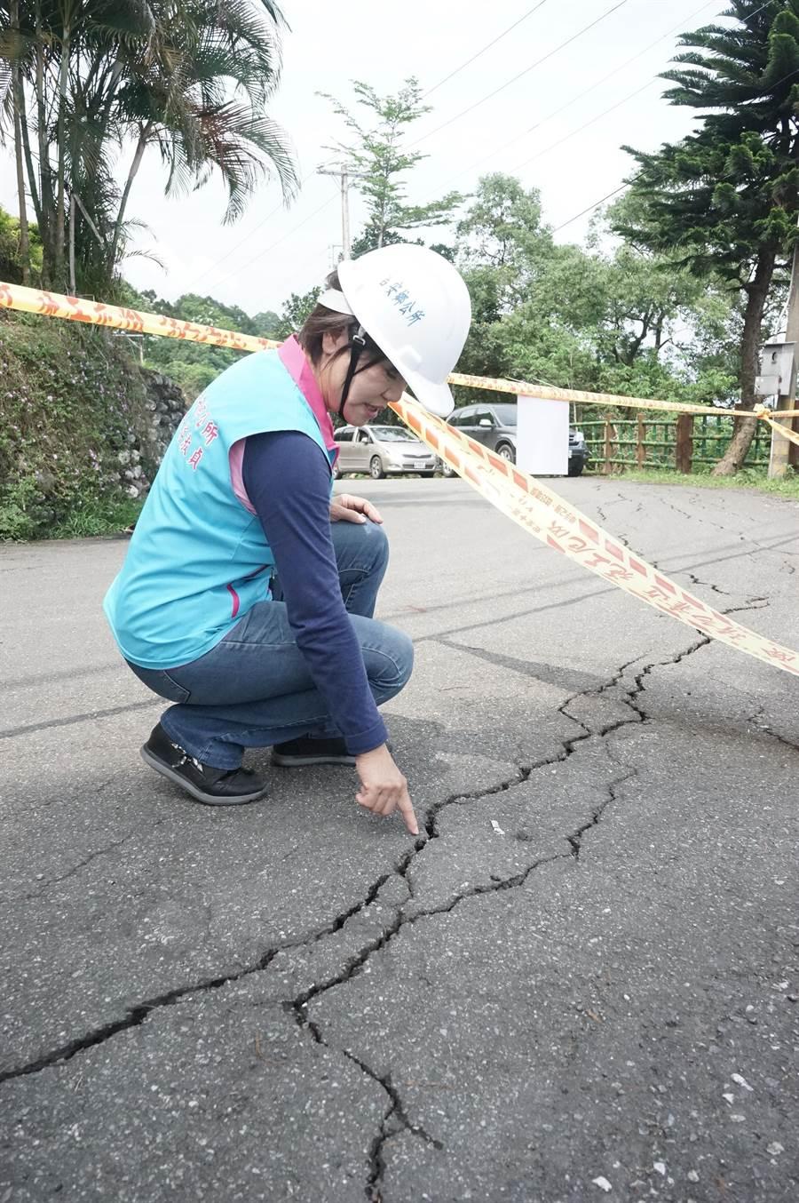 吉安楓林步道第五景觀台因花蓮強震受損,部分地磚、欄杆崩落,路面也出現大面積龜裂。(張祈攝)