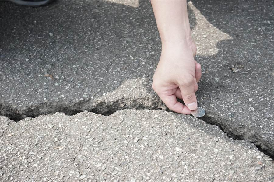 吉安楓林步道第五景觀台路面龜裂寬度超過10元硬幣,約3公分裂縫。(張祈攝)