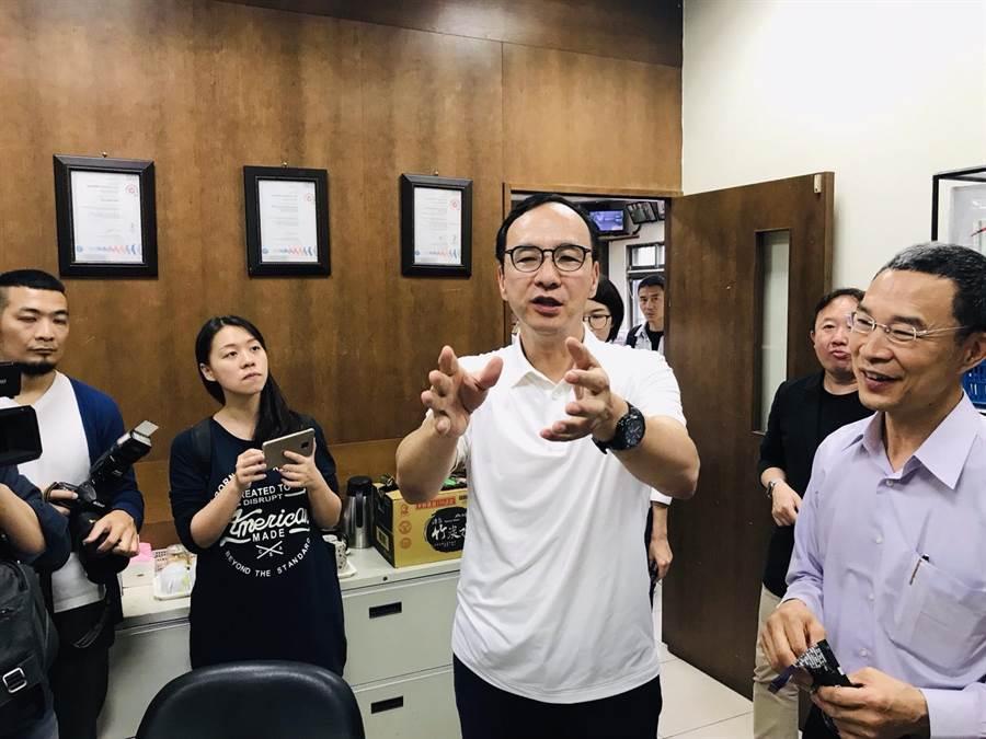 前新北市長朱立倫(中)19日參訪新北市瑞芳區的食品工廠,大讚台灣有很多隱形冠軍及台灣之光的企業。(張穎齊攝)