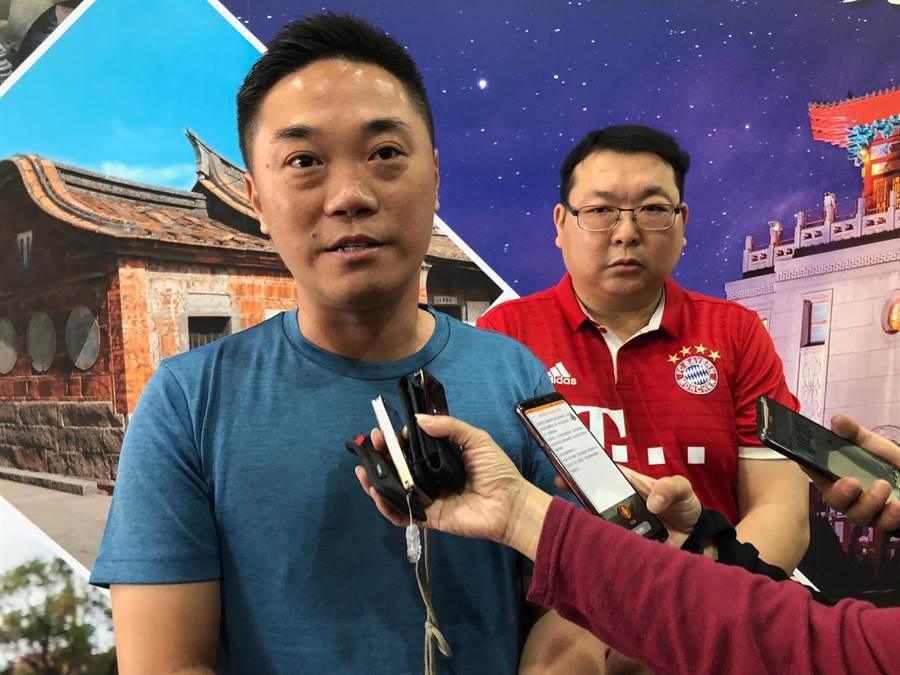 香港區議員關永業(左)、林咏然(右)表示,金門風情和台灣很不一樣,特別是保留很多「中華民國」的歷史文物和內涵,值得過來看一看。(李金生攝)