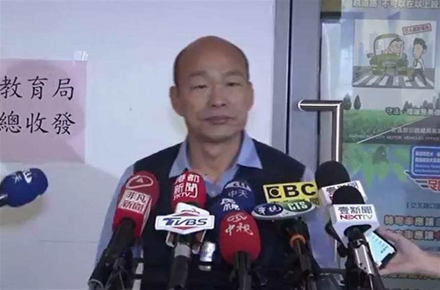 韓國瑜19日下午接受媒體訪問,提及郭台銘參加初選。(圖/取自中天電視、中時電子報)