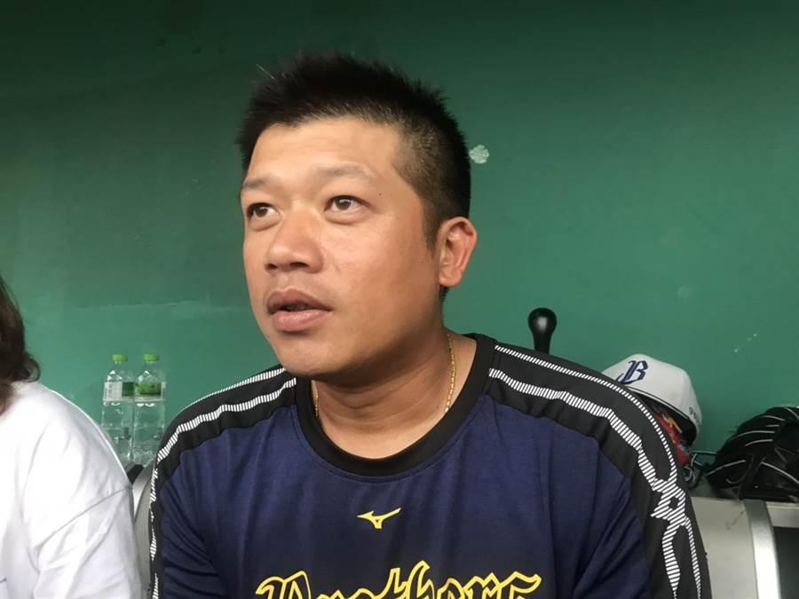 中信兄弟總教練伯納稱讚陳江河是天生領袖,未來能當總教練。(鄧心瑜攝)