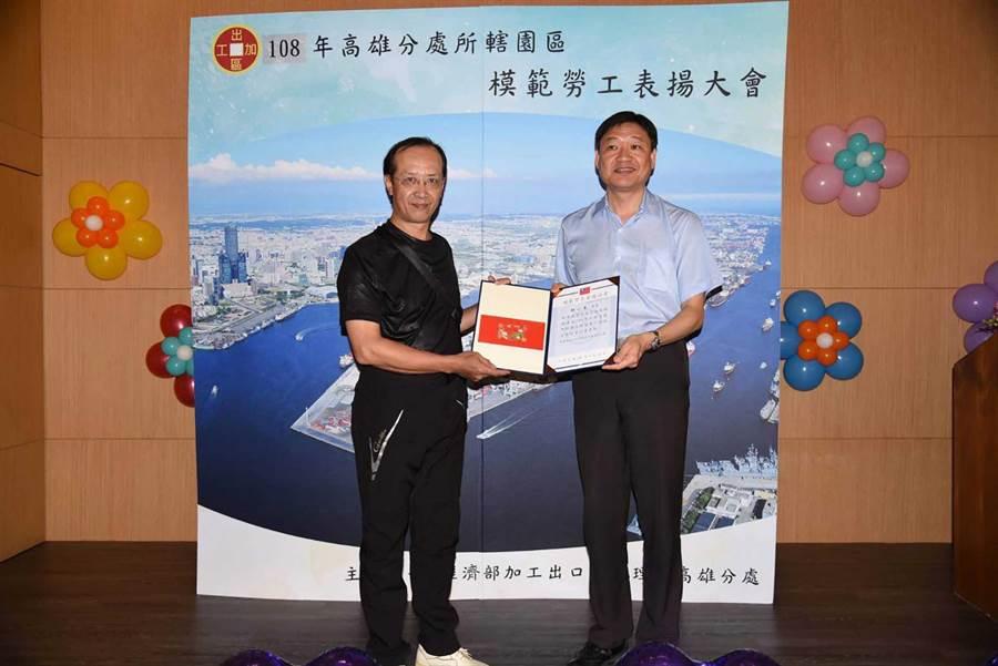高雄加工區19日表揚28名模範勞工,其中台灣日東電工公司主任何一清(左)致力提升職場安全環境獲表揚。(柯宗緯翻攝)