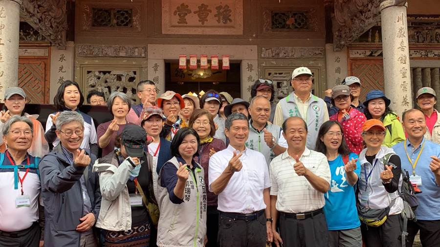 客家委員會19日邀請韓國濟州島偶來步道協會,一同走訪「樟之細道」,並在豫章堂羅屋書院互相交流。(莊旻靜攝)