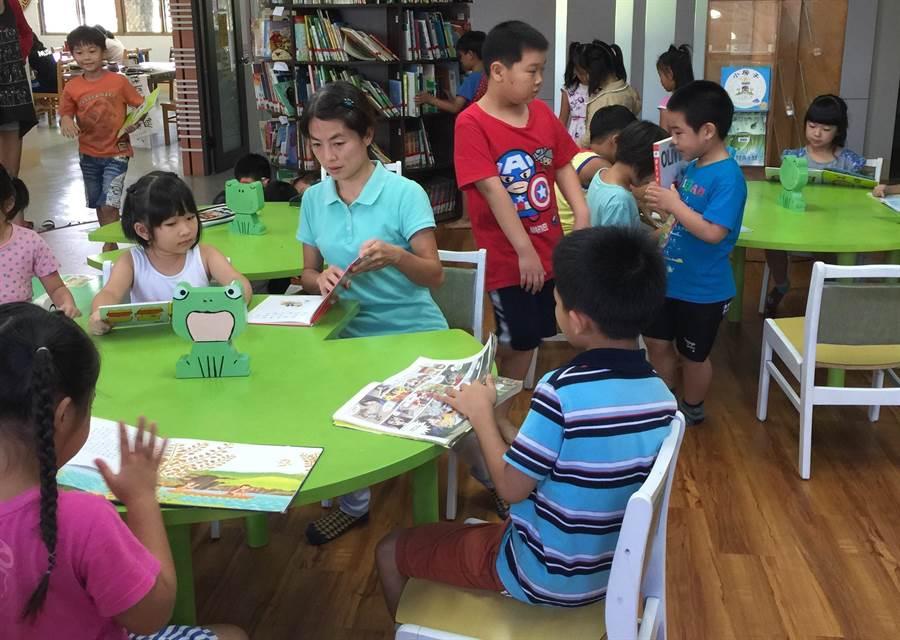 台南市官田區圖書館與台灣首府大學合作,幼兒教育學系大哥哥大姊姊將到圖書館陪小朋友讀書。(劉秀芬翻攝)
