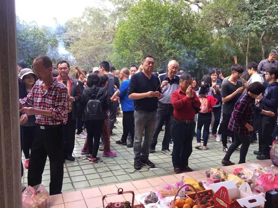 徐志榮家族今年清明的祭祖現場。對祖先敬意是他從政的動念。