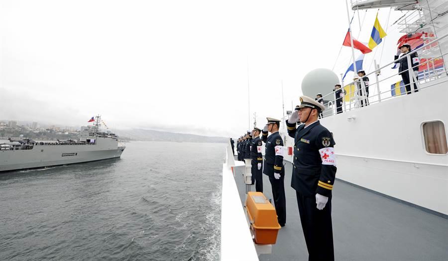 圖為2018智利海軍成立200周年國際海軍閱艦式活動中,中共海軍和平方舟醫院船檢閱。(圖/中新社)