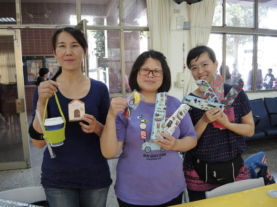 愛筵社會服務協會協助經濟弱勢的媽媽們製作手工藝品。(邱立雅攝)