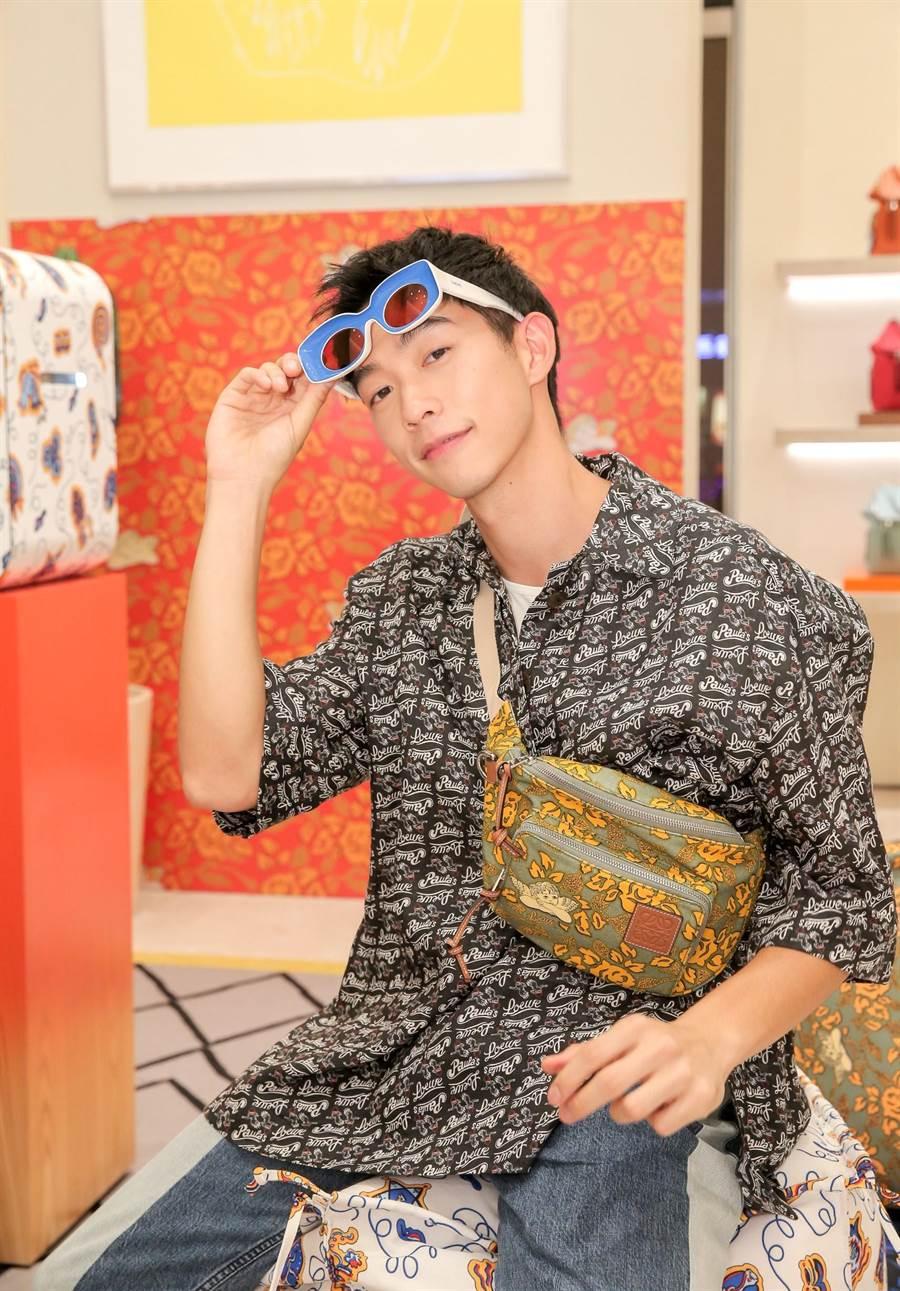王可元因《我們與惡的距離》大紅,首度參加時尚活動穿上充滿海島風情的襯衫。(盧禕祺攝)