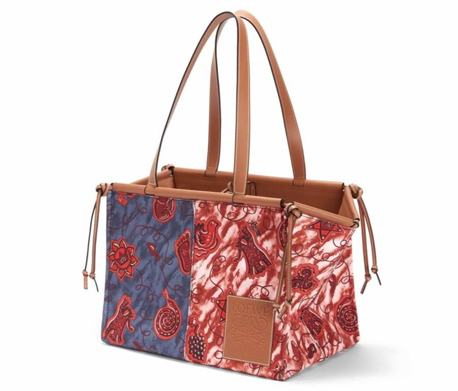 LOEWE Cushion Paula's藍紅雙色印花肩背提包3萬9000元。(LOEWE提供)