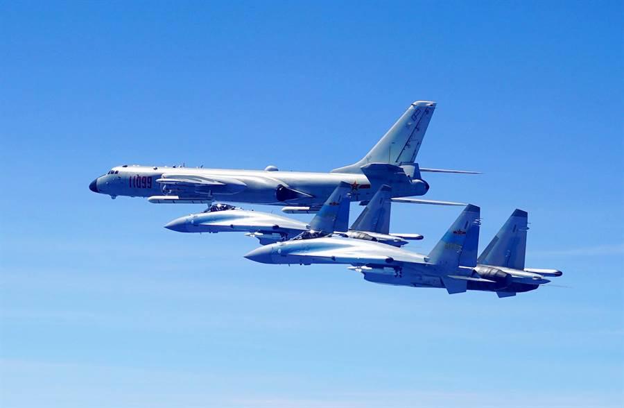 目前蘇-35是中共空軍正常出勤戰鬥機中性能最佳的一款,對之倚賴甚深。蘇-35也參與了近一年多來各種重要的周邊軍事活動,圖中是去年5月中共轟-6K繞台巡航時,由蘇-35月護航。(圖/新華社)