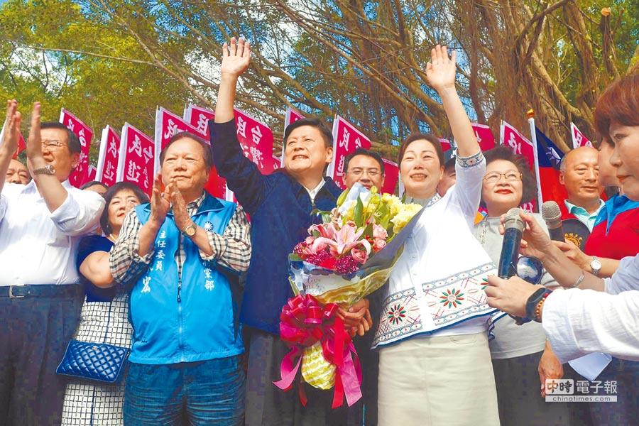 花蓮前縣長傅崐萁(前排右二)18日出獄,與妻子徐榛蔚(前排右一)一起揮手向鄉親致意。(許家寧攝)