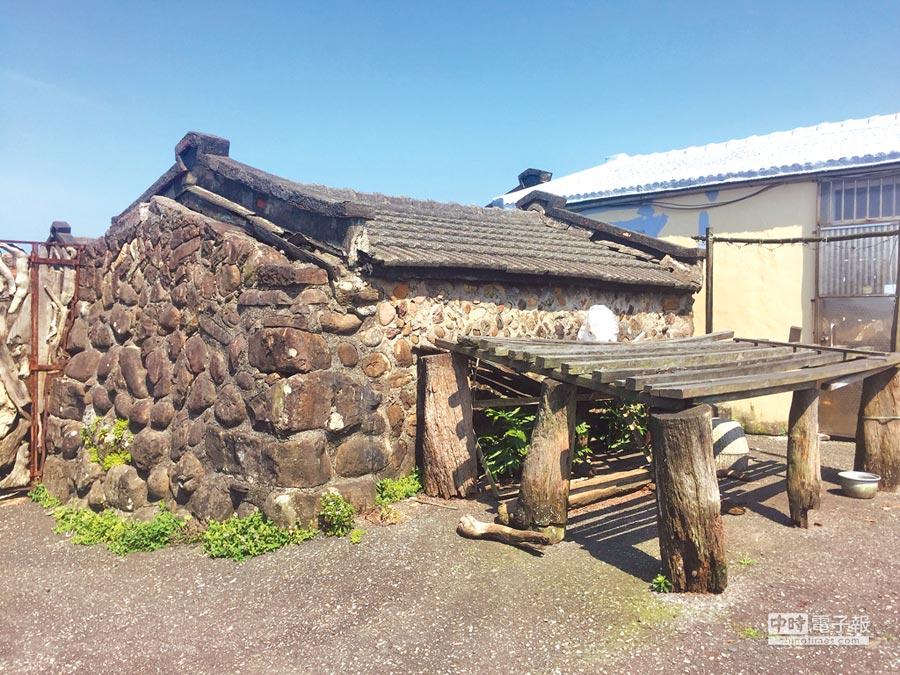 新北市貢寮區馬崗漁村的「石頭屋」自清朝保留至今,近日卻面臨強拆命運。(游昊予攝)