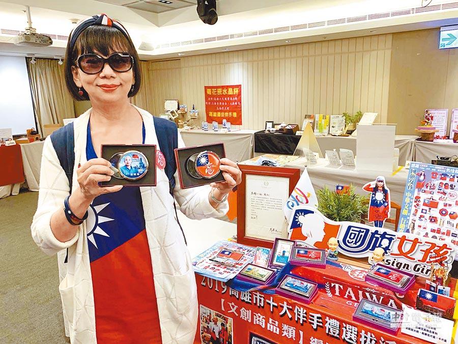 「國旗女孩」開發新的韓流周邊商品,上頭寫上「台灣安全,人民有錢」8字箴言。(柯宗緯攝)