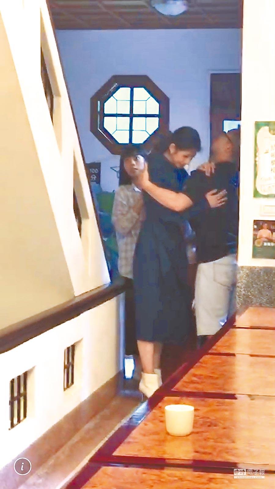 李千那(中)昨地震時,害怕得抓著助理的手不敢放開。
