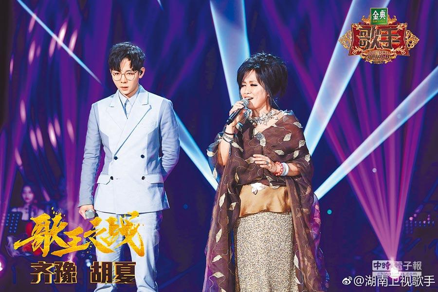 齊豫(右)在《歌手》中與胡夏合作。(取材自微博)