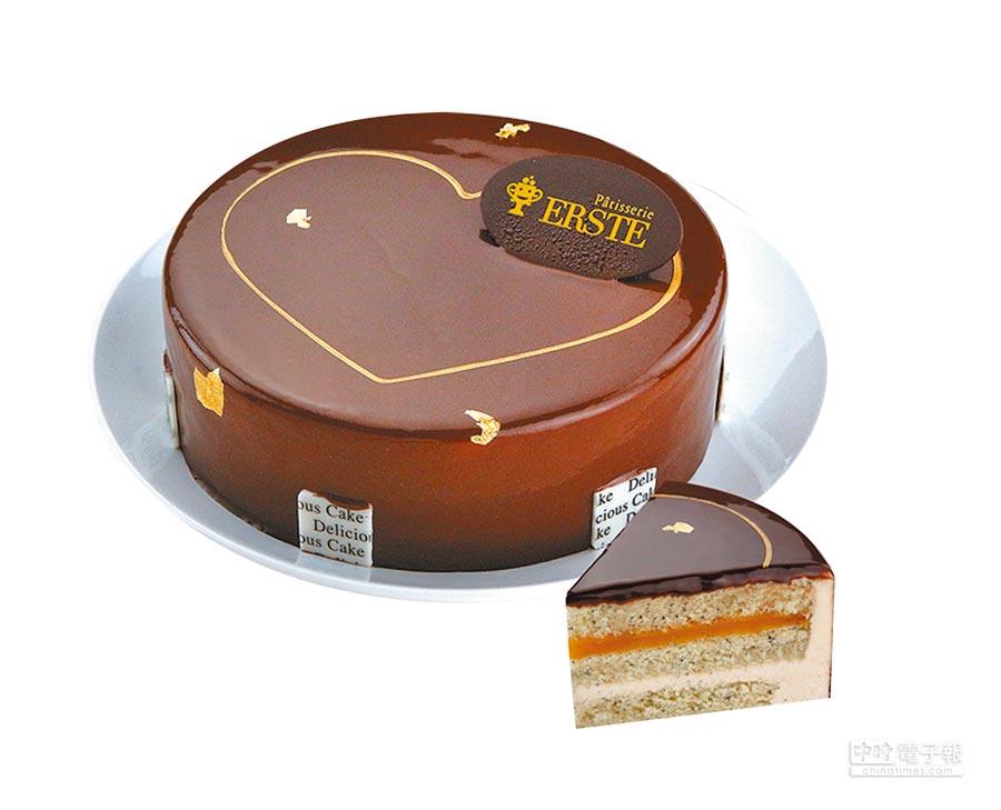 愛買「艾斯特黃金之心巧克力蛋糕」6吋,結合開心果醬、愛文芒果庫利、芝麻慕斯,外層鏡面巧克力點綴金箔,780元。(愛買提供)