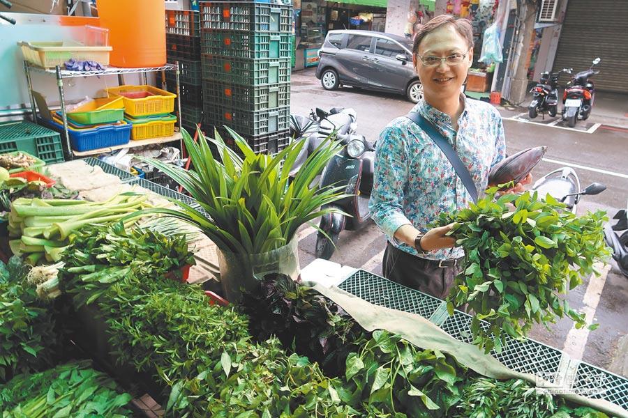 筆名「胖胖樹」的王瑞閔,因為喜歡吃東南亞料理,注意到東協廣場菜販賣的植物與台灣菜市場不同,有著獨特的風味。(許文貞攝)
