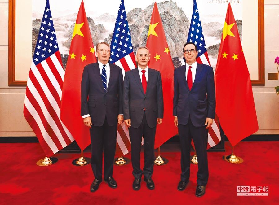 中美貿易協議最快在下月27日簽署。圖為3月29日,大陸國務院副總理劉鶴(中)與美國貿易代表萊特希澤(左)、財政部長努欽(右)在北京共同主持第八輪中美經貿高級別磋商。(新華社)