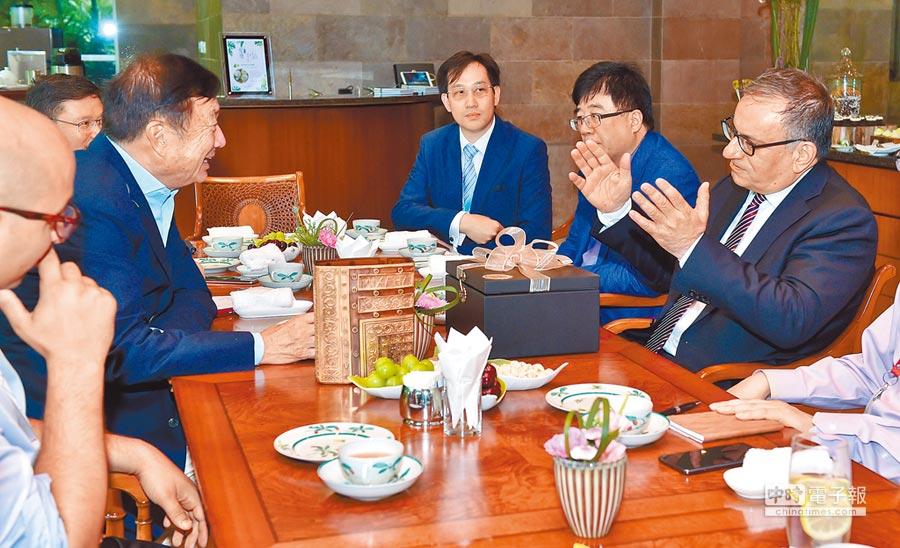 華為創辦人任正非已向德國政府提出簽署無間諜協議。圖為2018年7月25日,任正非(左二)在深圳總部會見5G編碼發現者阿勒坎教授。(新華社)