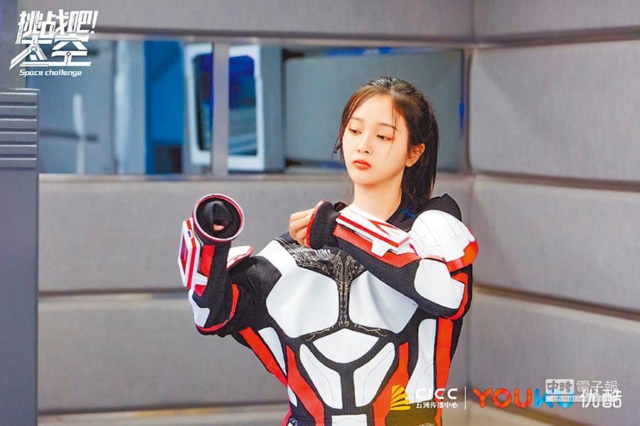 大陸綜藝節目《挑戰吧!太空》進駐火星基地,吳宣儀在基地體驗各項訓練設施。(取自微博@挑戰吧太空)