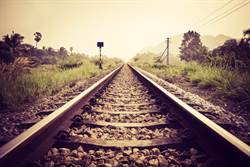 為何鐵道要鋪滿碎石?功用很重要