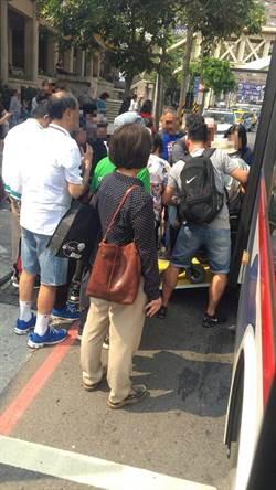 轮椅男坐公车被人潮插队 司机一句话暖爆