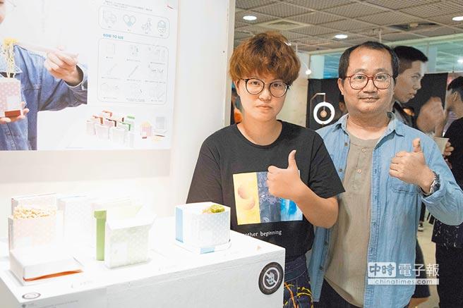 創設系學生葉晴雯(左)設計麵面俱到,右為指導老師蔡宏政。(林雅惠翻攝)