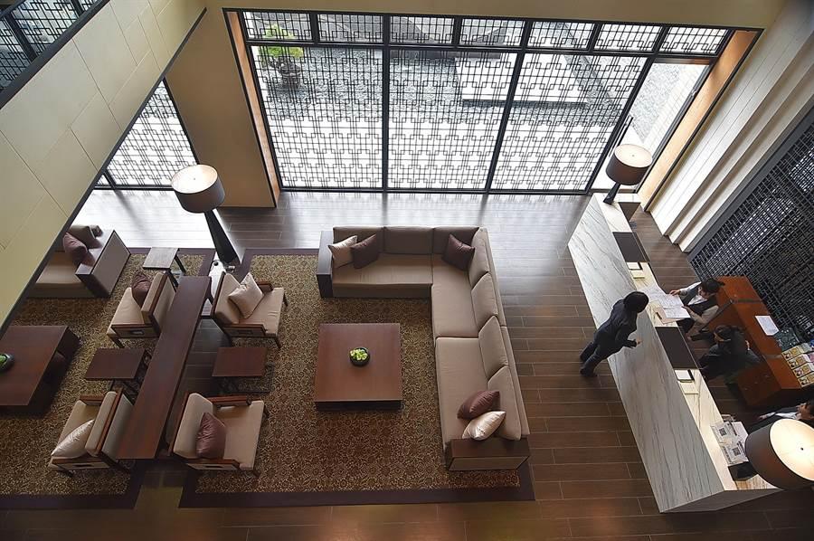淡水〈蕴泉庄〉度假饭店的中庭挑高很高,採光明亮。(图/姚舜)